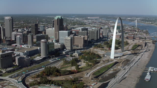 flying around gateway arch in st louis - jefferson national expansion memorial park stock videos & royalty-free footage