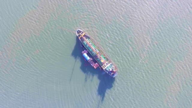 Flyger runt oljetankfartyg fartyg på grund på grunt vatten, antenn Video