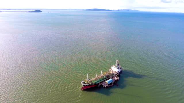 Herumfliegen Öltanker Schiff auf Grund gelaufen auf Flachwasser, Aerial Video
