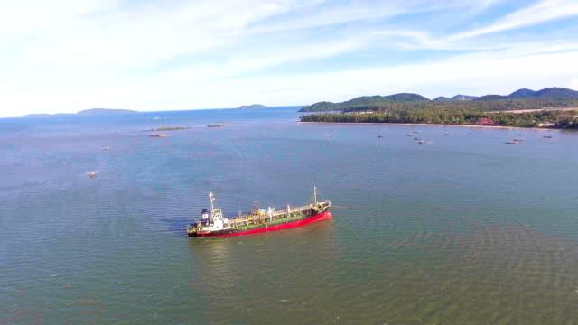 Voler autour de bateau pétrolier échoué sur les eaux peu profondes, vidéo aérienne