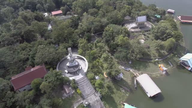 flyger runt rostfritt stål buddha bland grön skog i avlägset område, antenn video - remote location bildbanksvideor och videomaterial från bakom kulisserna