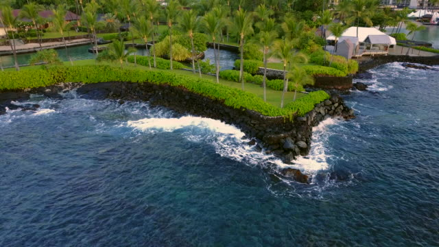 vidéos et rushes de flying around the waves of the coastline of kailua-kona bay, hawaii, usa - big island îles hawaï