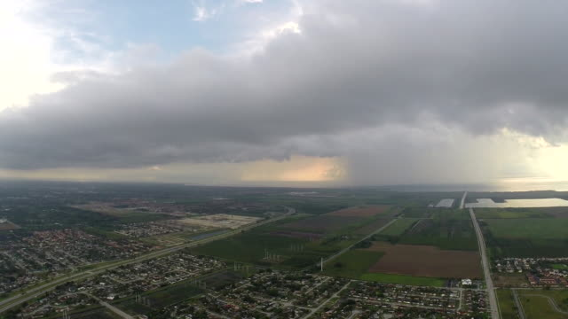 flying around thunderstorms near miami beach north key largo fl in a cessna 172 ominous storm clouds loom on the horizon - scott mcpartland bildbanksvideor och videomaterial från bakom kulisserna