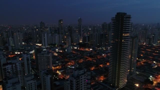 vídeos de stock, filmes e b-roll de voando a cidade de são paulo à noite, brasil - o anoitecer