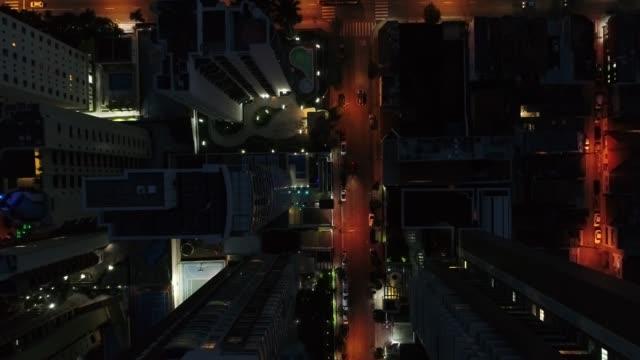 stockvideo's en b-roll-footage met vliegen in sao paulo city's nachts, brazilië - omlaag kijken
