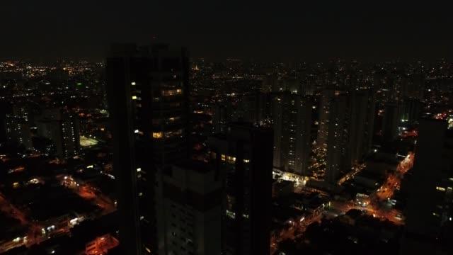 vídeos de stock, filmes e b-roll de voando a cidade de são paulo à noite, brasil - sinal