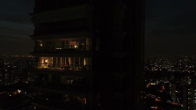 vídeos de stock, filmes e b-roll de voando a cidade de são paulo à noite, brasil - fachada