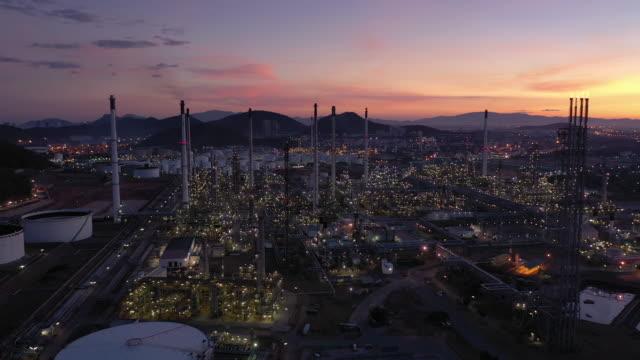 vidéos et rushes de retour de la raffinerie de pétrole de l'industrie pétrolière et gazière au coucher du soleil - pétrole