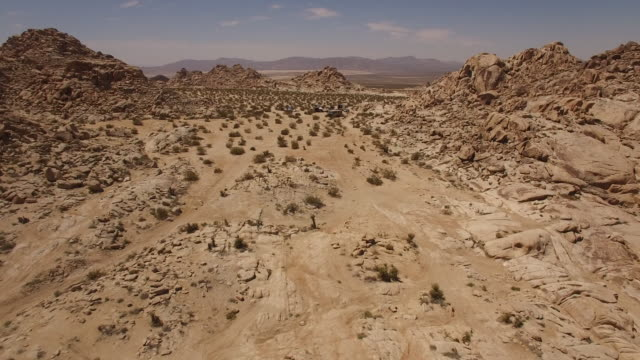 vídeos de stock, filmes e b-roll de flying back to desert camping with camper - drone aerial video 4k arizona, utah, moab desert, open plain, trail, adventure, discovery landscape, reveal, beautiful, prairie, sun reveal beautiful 4k sports - pedra rocha