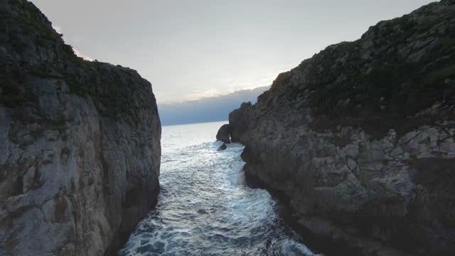 vídeos y material grabado en eventos de stock de flying between cliffs on the sea, aerial view. - acantilado