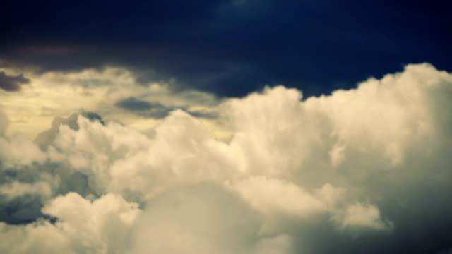 fliegen zwischen wolken (titelhintergrund) stockvideo - pilot stock-videos und b-roll-filmmaterial