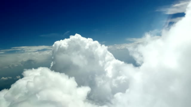 vídeos de stock e filmes b-roll de flying between clouds (aircraft pov shot) - no alto