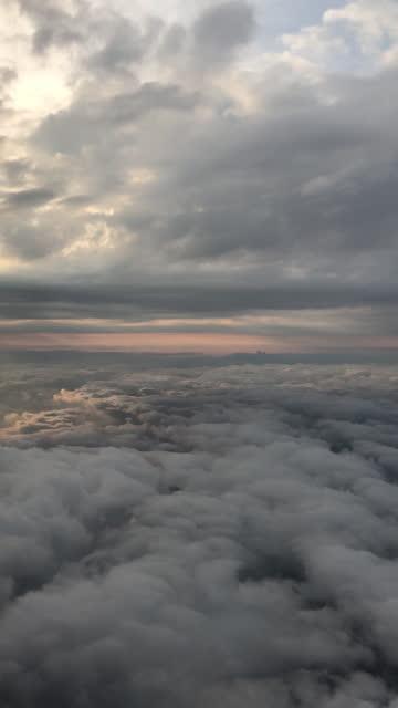 stockvideo's en b-roll-footage met vliegen tussen de wolken vliegtuigen oogpunt - verticale video - genomen met mobiel apparaat