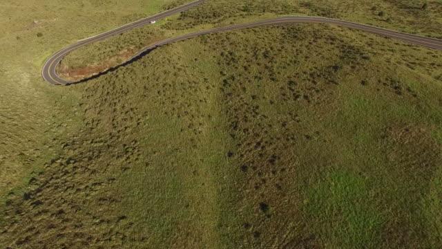 Fliegen direkt oberhalb der Insel Maui vulkanischen Straße am Berg
