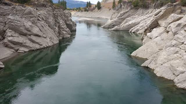 vídeos y material grabado en eventos de stock de flying downstream over the snake river near alpine wyoming - río snake