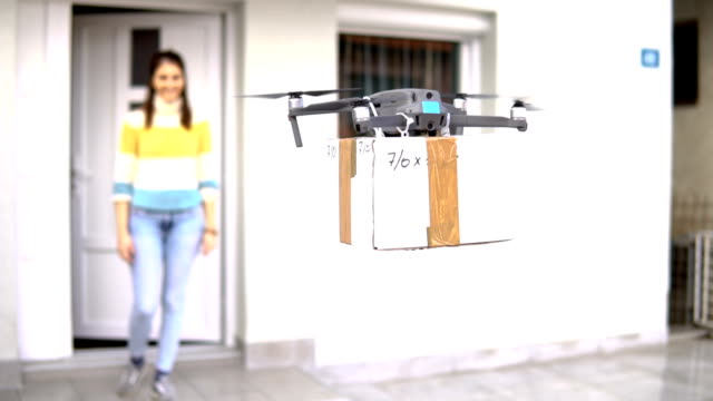vídeos de stock e filmes b-roll de flying drone delivers postal package - drone