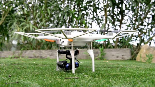 空にカメラを持つ飛行ドローン - 操作する点の映像素材/bロール
