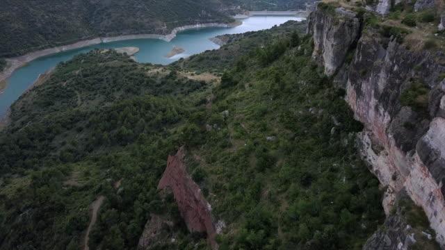 vídeos de stock e filmes b-roll de flying in mountains on sunset - encosta