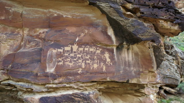 vídeos de stock, filmes e b-roll de flying in to the great hunt panel petroglyph in nine mile canyon - anasazi