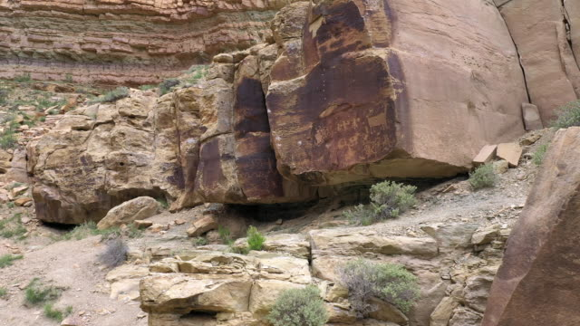 vídeos de stock, filmes e b-roll de flying in towards petroglyphs on rock in nine mile canyon - anasazi
