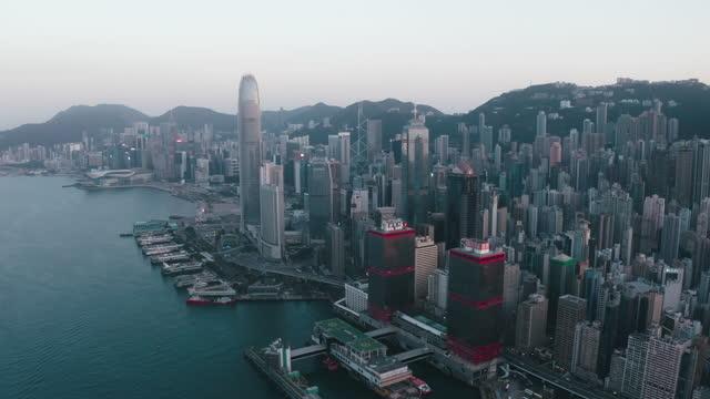 fliegen im victoria harbour mit stadtbild, hong kong 4k resolution - insel hong kong island stock-videos und b-roll-filmmaterial
