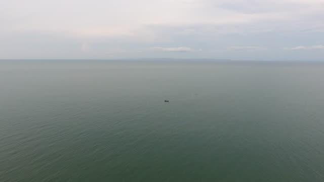 fliegen in ein meer, aerial video - klammer stock-videos und b-roll-filmmaterial