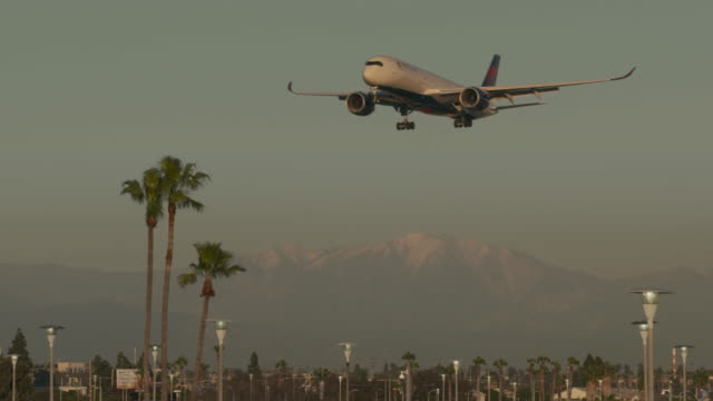 stockvideo's en b-roll-footage met flying into southern california - lax airport