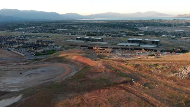 vídeos de stock, filmes e b-roll de flying into the valley during daybreak. getting anew perspect of the city and it's expanding construction projects - lehi