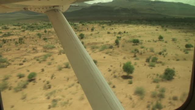 stockvideo's en b-roll-footage met flying kenya to juba, south sudan - noord afrika