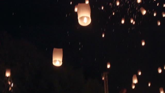 vídeos de stock e filmes b-roll de voar lanterna - lanterna de papel