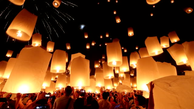 stockvideo's en b-roll-footage met hd: flying lantern yeepeng loi kra tong festival in thailand - majestueus