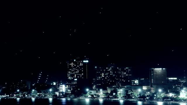 volare luce nel cielo - lanterna attrezzatura per illuminazione video stock e b–roll