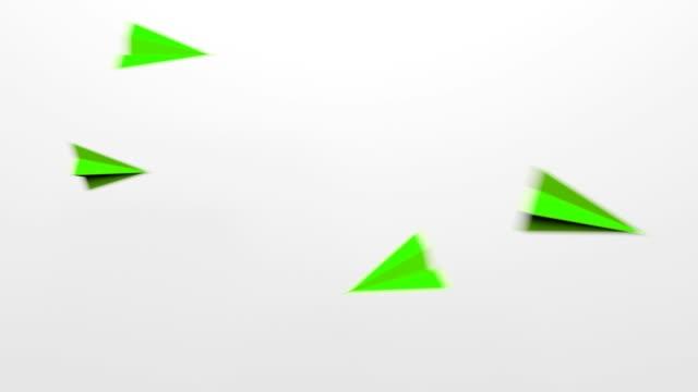 vídeos de stock e filmes b-roll de flying loop green paper plains on white background - origami