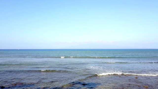 tiefflug über brandung brechen auf maui beach - horizont stock-videos und b-roll-filmmaterial