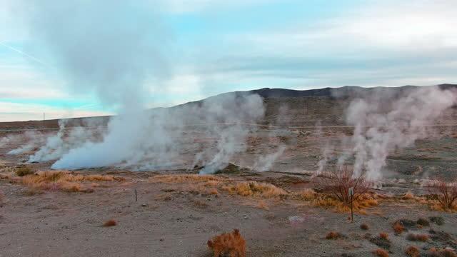 stockvideo's en b-roll-footage met het vliegen dichtbij geothermische stoomopeningen in de woestijn van nevada. - geiser