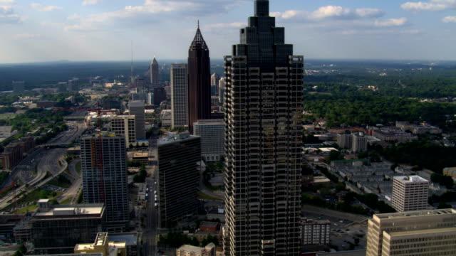flying north from downtown to midtown atlanta, georgia. shot in 2007. - artbeats bildbanksvideor och videomaterial från bakom kulisserna