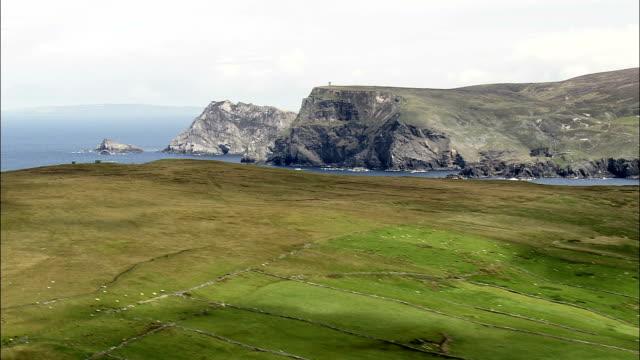 フライング 北 をグレンコロンキルベイ航空写真-アルスター、ドニゴール、アイルランド - アルスター州点の映像素材/bロール