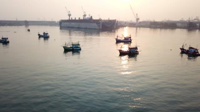 商業漁船の上空を飛行 - nautical vessel点の映像素材/bロール