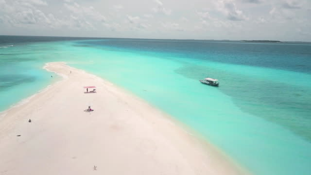 vídeos y material grabado en eventos de stock de volando sobre un banco de arena paradisíaco en maldivas - punto de vista aéreo - el cielo