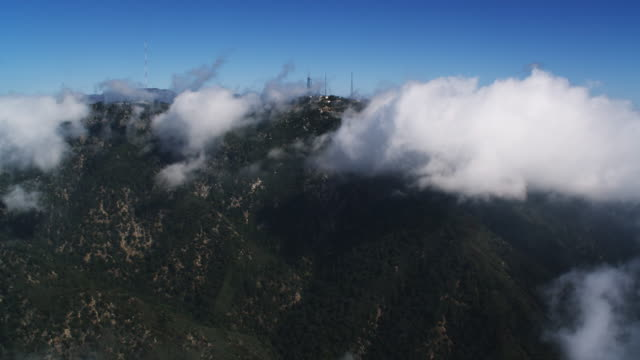 vídeos de stock, filmes e b-roll de flying over angeles forest  toward puffy clouds above the san gabriel mountains. shot in 2010. - angeles national forest