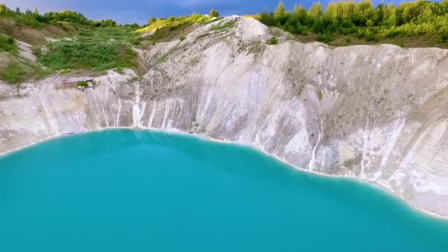 vídeos de stock, filmes e b-roll de voando sobre o lago artificial azul - bielorrússia