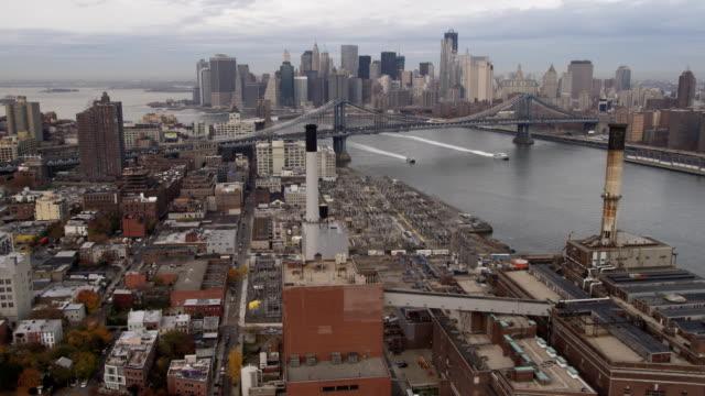 vídeos y material grabado en eventos de stock de flying over brooklyn toward manhattan bridge, skyline of lower manhattan in background. shot in 2011. - artbeats