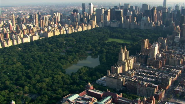 flying over central park toward manhattan skyline. shot in 2003. - 2003 bildbanksvideor och videomaterial från bakom kulisserna