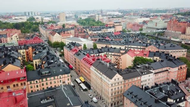 stockvideo's en b-roll-footage met vliegen over het centrum van stockholm, flatgebouwen - stockholm