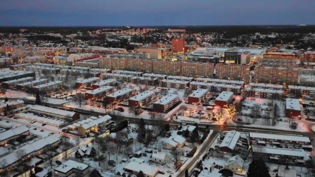 vidéos et rushes de survol de la ville de nuit - campagne ville