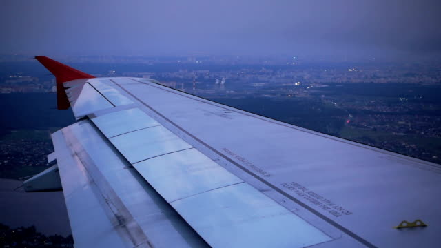 Survolant le quartier de la ville pendant d'atterrissage