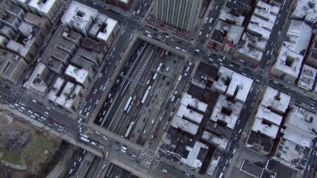 flying over city streets and rooftops of the washington heights neighborhood in upper manhattan, new york city. - 州間高速道路点の映像素材/bロール
