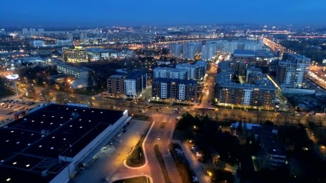 vídeos de stock e filmes b-roll de flying over city - sérvia