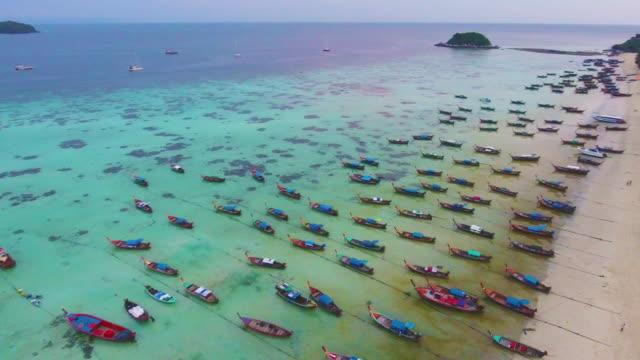 vídeos y material grabado en eventos de stock de volando sobre el mar limpio y la isla en el atardecer o el amanecer - mckyartstudio