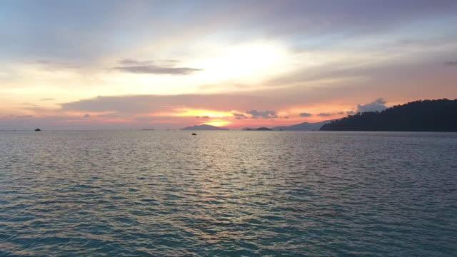 vídeos y material grabado en eventos de stock de volando sobre la superficie del mar limpia en el atardecer o el amanecer. - mckyartstudio